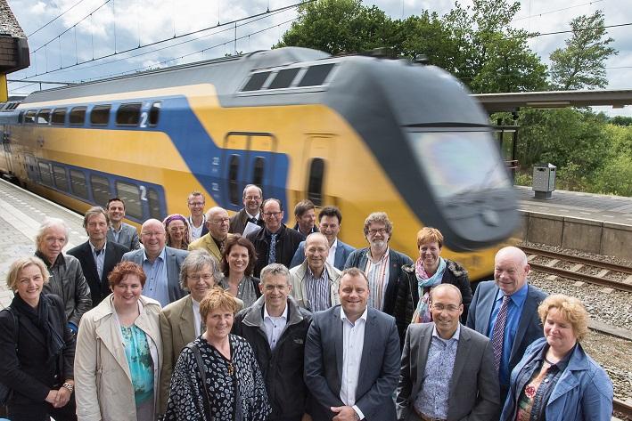 Statenleden krijgen uitleg over Intercity op Station Hoogeveen.