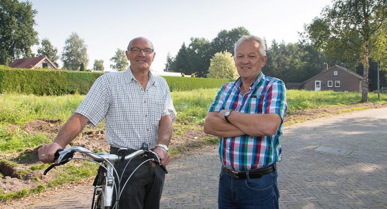 Plaatselijk Belang (Jan Giethoorn) op lokatie nieuwbouw aan de Emmalaan.
